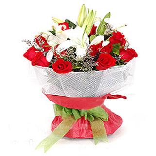 12枝红玫瑰/甜蜜约定: 12枝红玫瑰,2枝多头白香水百合,情人草、绍叶适量。