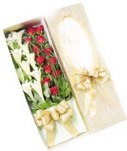 9枝百合/装着爱的盒子: 铁炮百合9枝,12枝红玫瑰.