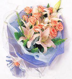 10枝粉玫瑰/綻放的美麗: 三枝多頭白色香水百合,10枝粉玫瑰(或紅色),配排草.