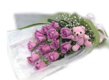 13枝紫玫瑰/暗恋: 13枝精品紫玫瑰(请提前两天预定),加绿叶、满天星点缀(5公分可爱小熊一只-小熊目前缺货);