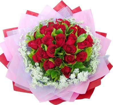 20枝红玫瑰/两情相悦: 红玫瑰20支,适量栀子叶,外围白色相思梅