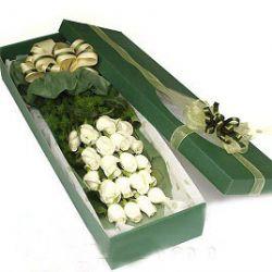 20枝白玫瑰/爱你到永远: 20朵白玫瑰,配天门冬,单面立体花束,绿色精美长方形盒装