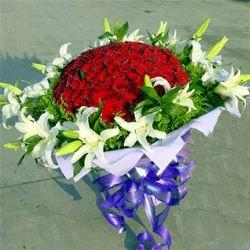 33枝红色玫瑰/特别的爱: 33枝红色玫瑰,18朵香水百合加配草圆型花束