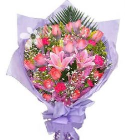 18枝粉玫瑰/爱意浓: 散尾叶垫底,18枝粉玫瑰,6枝红色康乃馨,3枝粉百合,黄莺、满天星搭配