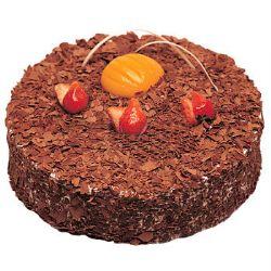 巧克力蛋糕/巧克力木司(8寸): 将新鲜淡奶油中放入巧克力一起打制,整款蛋糕撒满黑色巧克力碎,以星点般的草莓作点缀