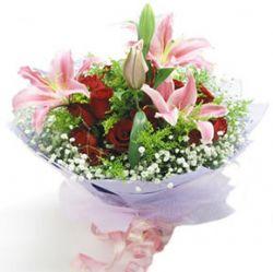 12枝红玫瑰/思念季节: 12枝红玫瑰,2枝百合,满天星、黄莺丰满。