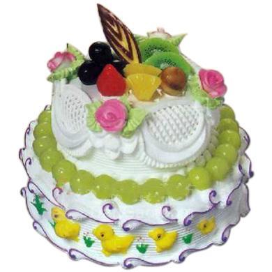 兩層圓形蛋糕由奶油/美麗的世界