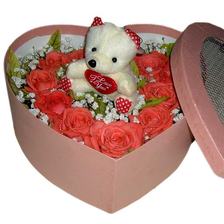 甜蜜初戀/11朵粉玫瑰: 11朵粉玫瑰,綠葉滿天星點綴,1只小熊