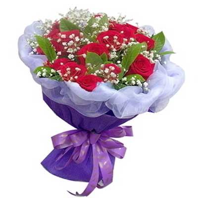 12朵红玫瑰,满天星,桅子叶点缀 包装 内实白色软纱,外用紫色皱纹纸