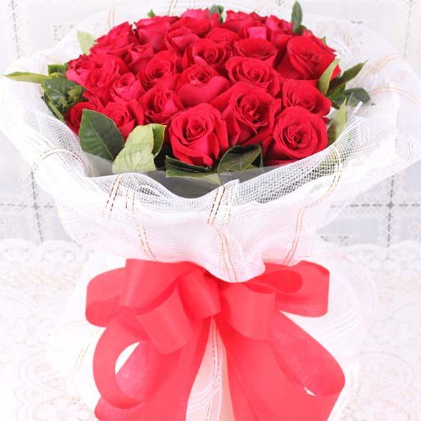 爱的精彩/33朵红玫瑰: 33朵红玫瑰,绿叶外围