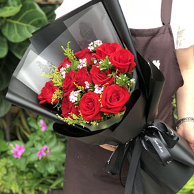 11枝�t玫瑰花束黑色包�b