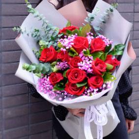 12枝红玫瑰花束加满天星(新款)