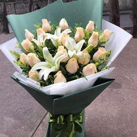 19枝香��玫瑰花束加2枝多�^百合(新款)