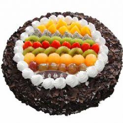 巧克力蛋糕/倾城温暖: 圆形欧式蛋糕,巧克力屑包裹,中间各色新鲜时令水果装饰。