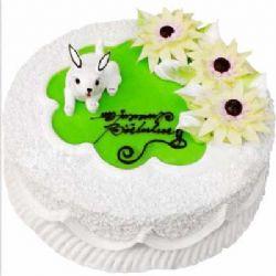 鲜奶蛋糕/小兔白白: 圆形奶油蛋糕。三朵奶油花,一只小白兔装饰。