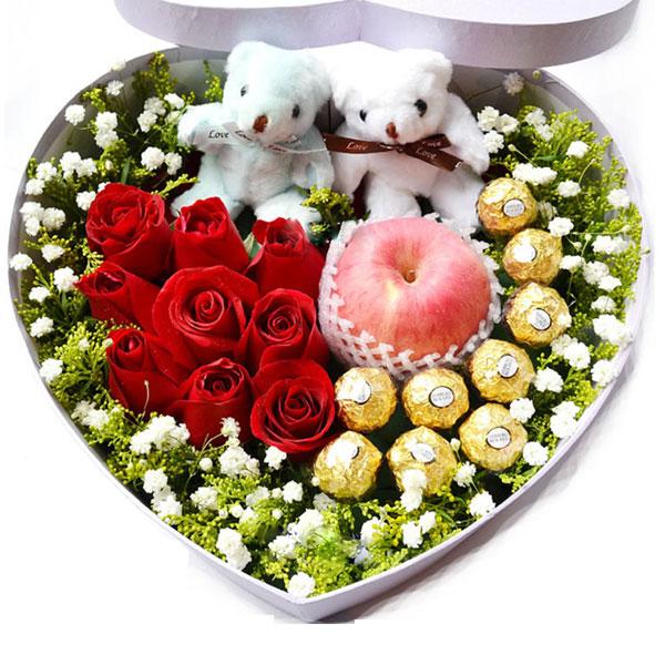 精选9朵精品红玫瑰+9颗费?#26032;?#24039;克力+2个情侣小熊+1个苹果/浪漫情节
