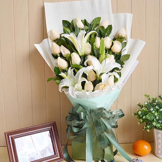 精�x19朵香��玫瑰+2枝多�^白色香水百合/唯�勰�