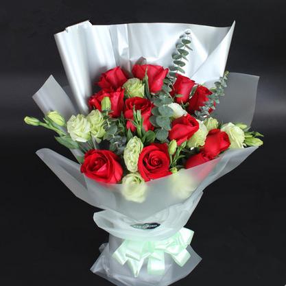 11朵红玫瑰搭配8朵绿色洋桔梗/期盼幸福